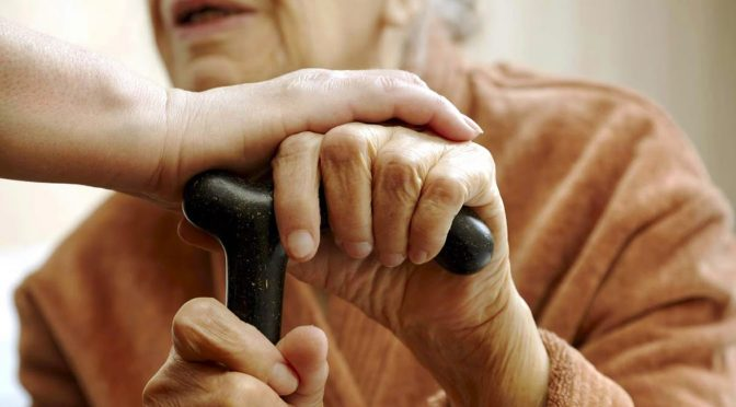 Como aumentar a segurança da casa contra quedas de idosos