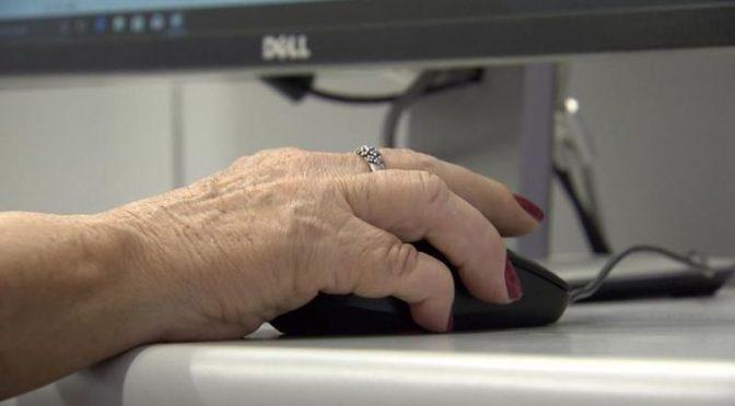 Economistas defendem inserção de idosos no mercado de trabalho.