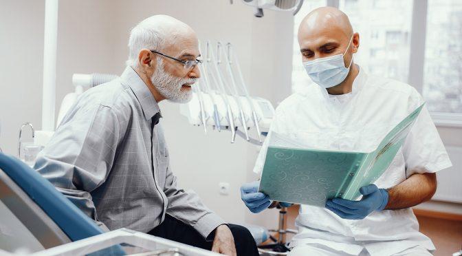 Dentista em casa oferece comodidade e atendimento humanizado aos idosos