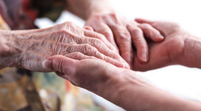 Mal de Parkinson: como o cuidador pode ajudar no tratamento de pessoas