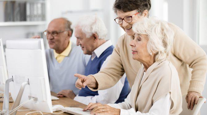 Inclusão digital na terceira idade: idosos usam cada vez mais internet no Brasil