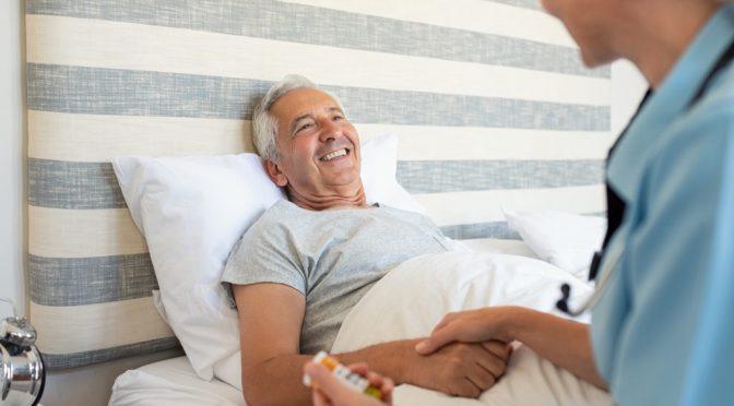 Quais são as tarefas do cuidador de idosos?